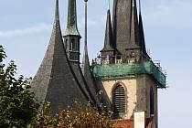 Kostel sv. Mikuláše v Lounech v době oprav ochozu věže