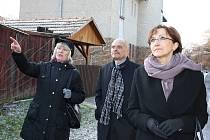 Ministryně kultury Alena Hanáková (vpravo) na obhlídce Kotěrovy kolonie. Doprovází ji starosta Loun Radovan Šabata a Petronila Kopřivová z úseku památkové péče lounské radnice