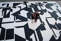 Před lounským divadlem je nová černobílá kompozice dle díla malíře Zdeňka Sýkory.