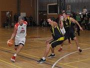 Basketbalistům Loun (v bílém) patřila první polovina utkání, pak již dominovali hosté.