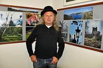 Miroslav Blažek ve své Galerii U Plazíka. V domě se v roce 1948 narodil.