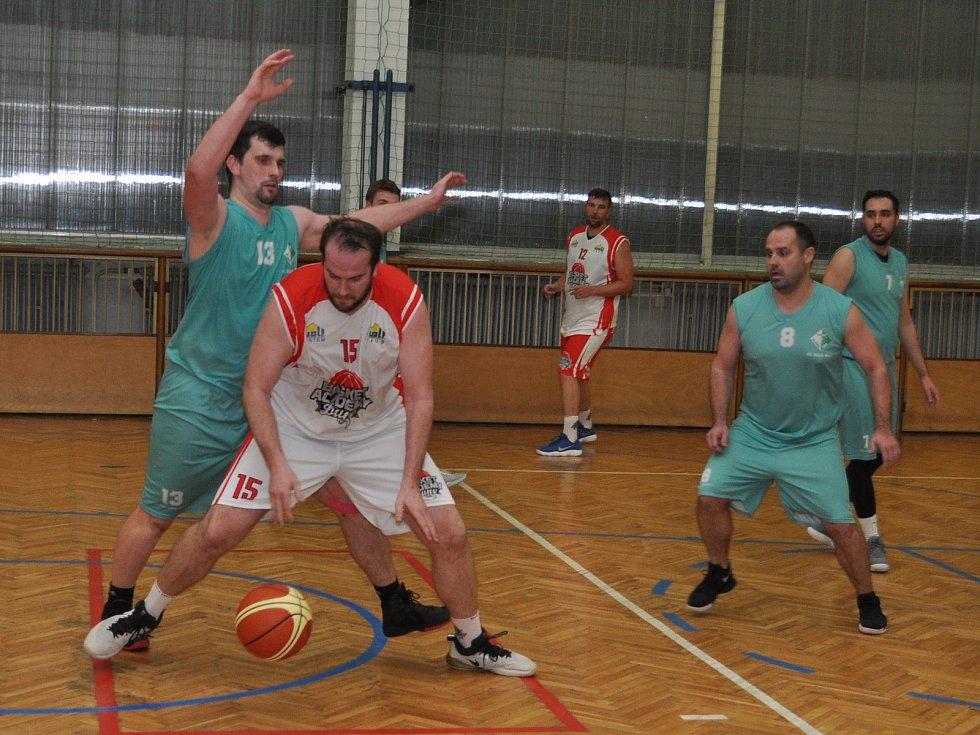Basketbalisté Loun (v bílém) zakončili základní část Severočeské ligy domácí prohrou s Mostem.