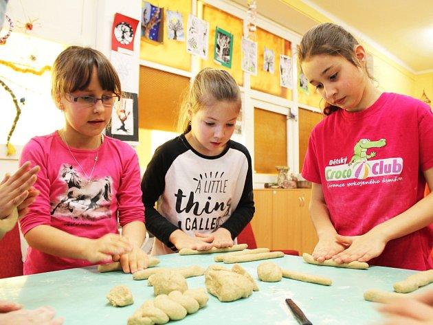 Děti v Postoloprtech si zkusily upéct chléb i housky. Moc je to bavilo.