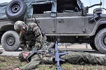 Vojáci nacvičují ošetření raněných po útoku na auto.