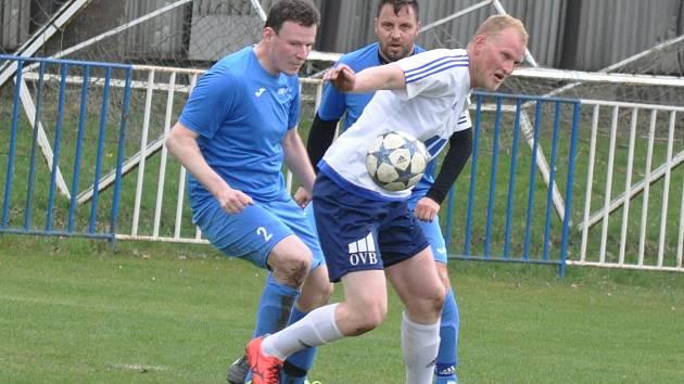 Fotbalisté Černčic (v bílém) porazili v B třídě Lom.