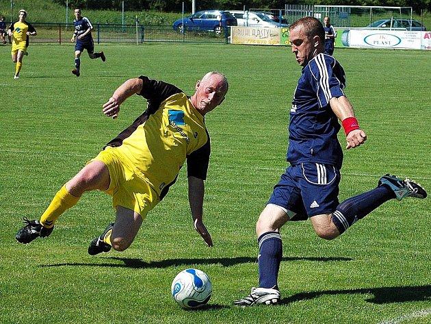 V derby v Dobroměřicích zasahuje vlevo nejstarší domácí hráč Ivan Halíř proti lounskému Marcelovi Stanislavovi.
