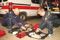 Hasiči z Počerad Roman Jelen a Tomáš Houška při kontrole záchranného vybavení, bez něhož se elektrárenský zásahový džíp neobejde.