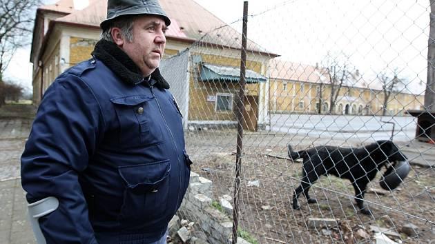 Hlídač Zdeněk Opat obhlíží areál opuštěných kasáren v Postoloprtech.