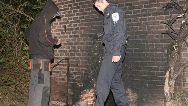Mladý muž na opuštěném místě vypaloval izolaci z měděných kabelů.