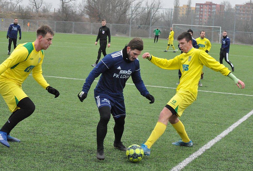 Žatecký Slavoj (ve žlutém) prohrál i své třetí přípravné utkání. Tentokrát podlehl divizním Lounům.
