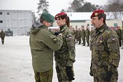 Slavnostní nástup českého kontingentu, při kterém vojáci dostali medaile od velitele litevské brigády.