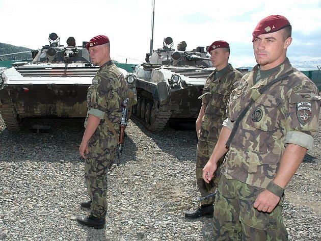 Žatečtí vojáci čekají na nástup u bojových vozidel pěchoty na základně u kosovské Mitrovice.