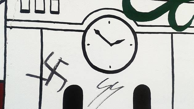 Vandalové poničili dětské malby nacistickými symboly.