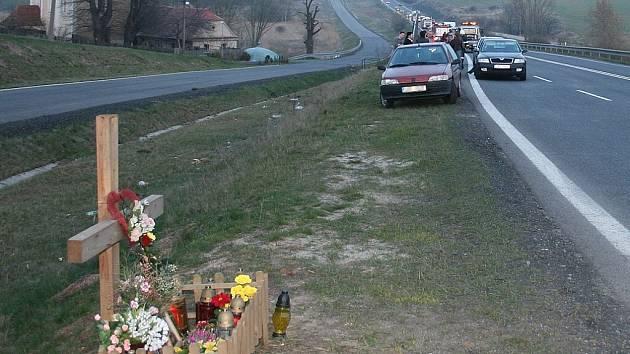 Na místě únorové tragédie u Panenského Týnce zbyl pomníček.