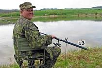 Jiří Kochan se připravuje na nahození udice při rybářských závodech ve Velké Černoci.