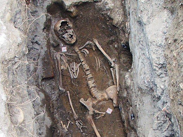Hrob ženy v severozápadním rohu lodě středověkého kostela v Hájkově ulici.