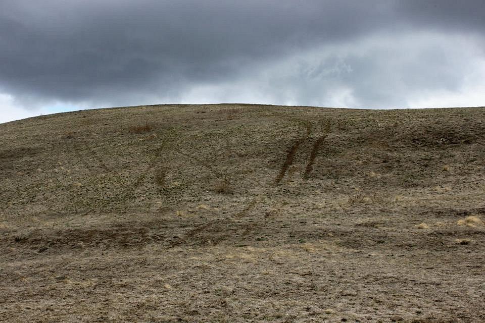 Díra v kopci Čičov, kde amatérští sběrači hledají aragonit.