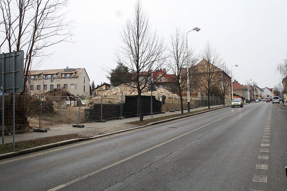 Zbouraný dlouho neobývaný dům naproti kostelu ve spodní části Husovy ulice v Žatci.