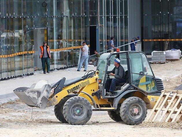 Výstavba obchodního centra v Žatci finišuje
