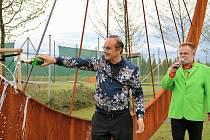 Vlastimil Sedláček, generální ředitel firmy Seko Aerospace (vlevo) křtí největší model jízdního kola. Přihlíží moderátor Václav Upír Krejčí