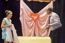 Koštičtí ochotníci nazkoušeli divadelní hru komedii Robina Hawdona Dokonalá svatba