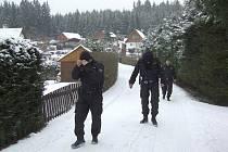 Policisté kontrolují zabezpečení zahrádkářské kolonie v Lounech.