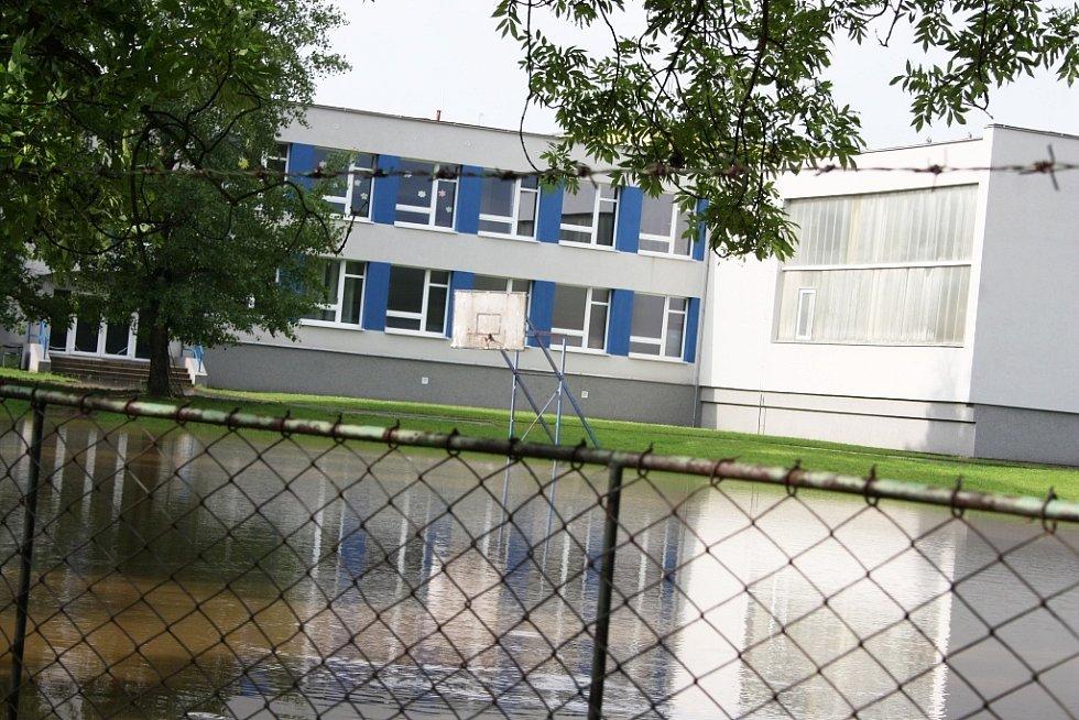Rozvodněná Ohře v Lounech 4. 6. 2013. Pohled na zadní trakt ZŠ P. Holého