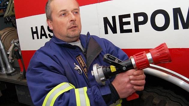 Velitel sboru dobrovolných hasičů v Nepomyšli Vladimír Vázler ukazuje, že všechno v jejich autě je na svém místě. Hasiči jsou připraveni pomoci kdykoliv.