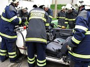 Dobrovolníci se cvičí v tom, jak co nejrychleji a nejlépe otevřít havarovaný vůz a vyprostit zraněné