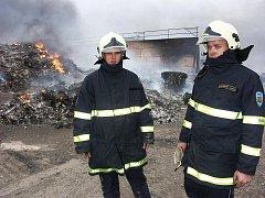 Dobrovolní hasiči z Libčevsi Martin Knespl (vlevo) a Jaroslav Martinovský dohlížejí na oheň, který zachvátil v roce 2006 několikrát tamní skládku německého odpadu.