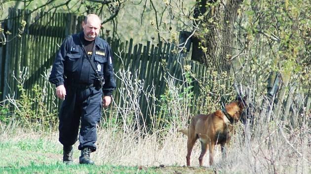 Psovod a jeho speciálně vycvičený parťák hledali ženu v okolí slavětínského rybníka