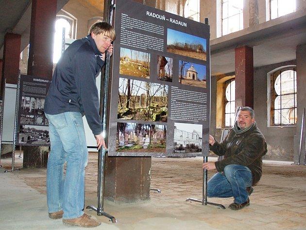 Majitel synagogy Daniel Černý (vpravo) a Jakub Cimr instalují panely.