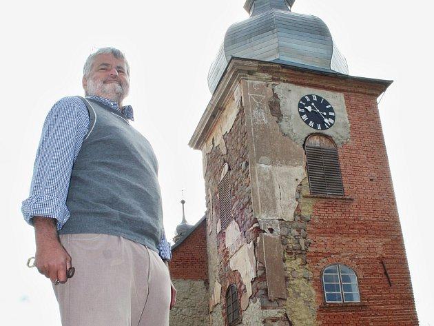 František Černík před kostelem ve Vidhosticích.