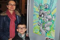 Filip Martinovský s maminkou u svého obrázku.