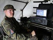 Obsluha radaru vidí vzdušný provoz nad severozápadními Čechy na monitoru.