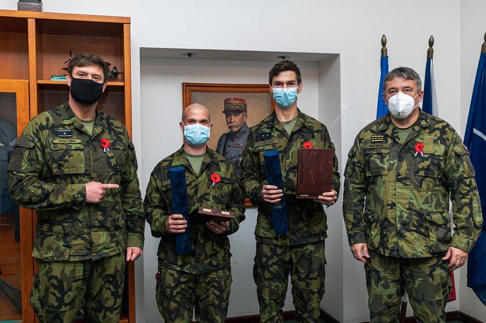 Vojáky ocenil za záchranu života armádní generál Aleš Opata.