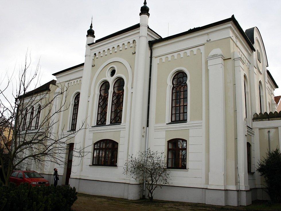 Lounská synagoga pohledem od řeky Ohře. V současnosti objekt slouží jako depozitář Státního okresního archivu Louny
