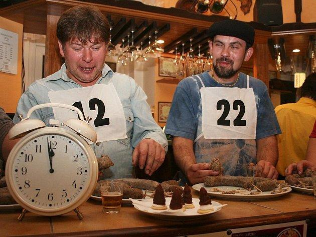 Bedřich Hanykýř (vlevo) a Martin Vojtěch jedí jitrnice