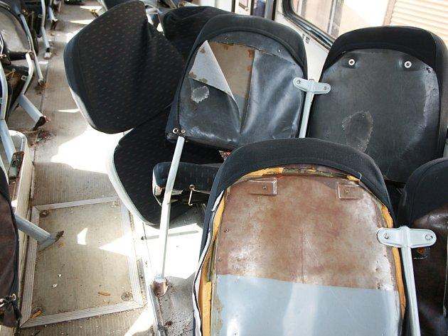Náraz do domu utrhal sedadla v autobusu.