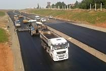 Mezi Lubencem a Bošovem se dokončuje stavba čtyřproudové silnice. V těchto dnech se tam pokládá asfalt.