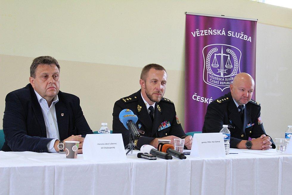 Starosta Lubence Jiří Chaloupecký, generální ředitel Vězeňské služby ČR Petr Dohnal a Miroslav Špalek z Věznice Nové Sedlo (zleva)