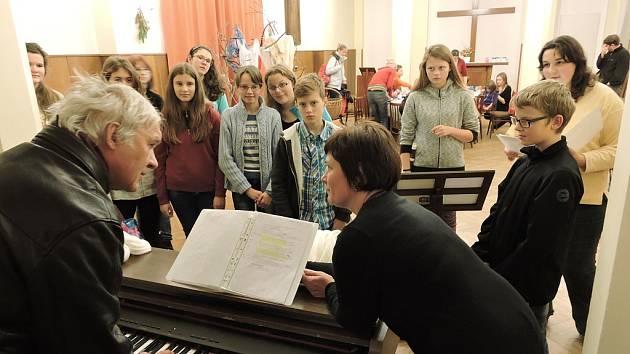 Hudební skladatel Daniel Dobiáš, Kateřina Štolová a pěvecký sbor Carmen se připravují na společné vystoupení v Praze.
