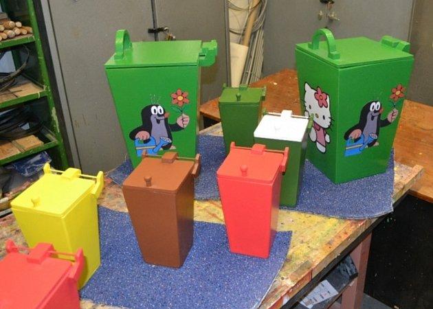 Barevné kontejnery, které vyrobili vězni z Nového Sedla.