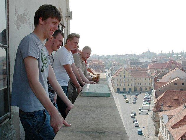 Dánští studenti na věži žatecké radnice.