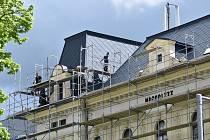 Rozsáhlá oprava střechy na Základní škole Komenského alej v Žatci končí.