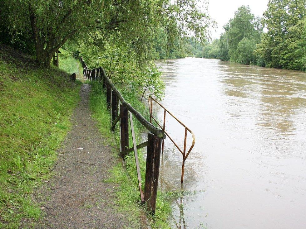 Rozvodněná Ohře v Lounech 4. 6. 2013. Stezka podél řeky je na některých místech pod vodou. Na snímku úsek u loutkového divadla