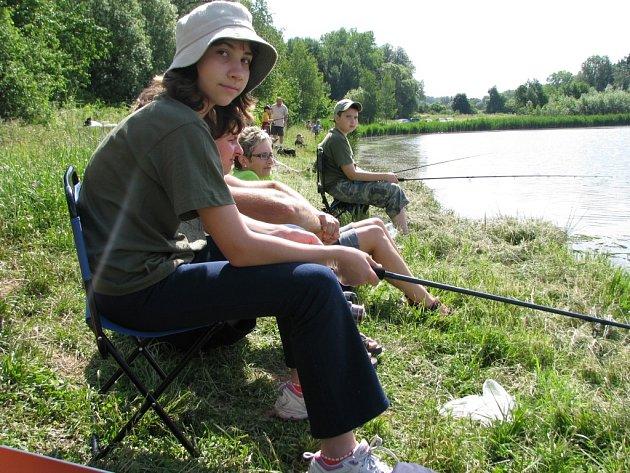 Eliška Chrzová čeká na záběr při pátečních závodech na rybníku u Velké Černoci.
