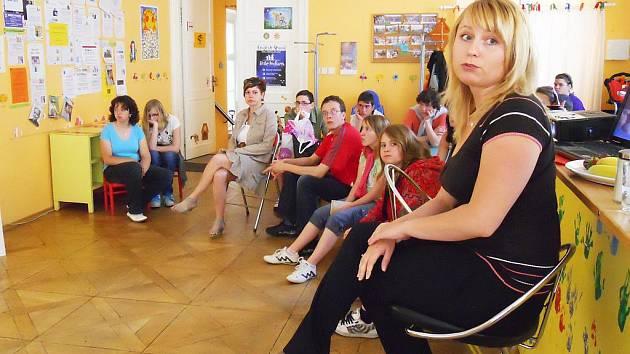 Veronika Frolíková (vpředu) přednáší dětem ze škol a dalším zájemcům o správném ošetřování pokožky dětí a mládeže.