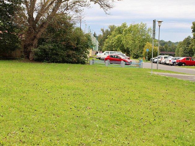 Místo, kde v Žatci u fotbalového hřiště vyroste workoutové hřiště.