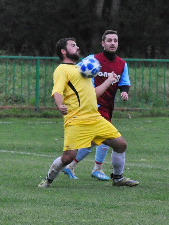 V utkání rezerv celků, které spolu hrají i v B třídě byli úspěšnější fotbalisté Chlumčan (v modročerveném)